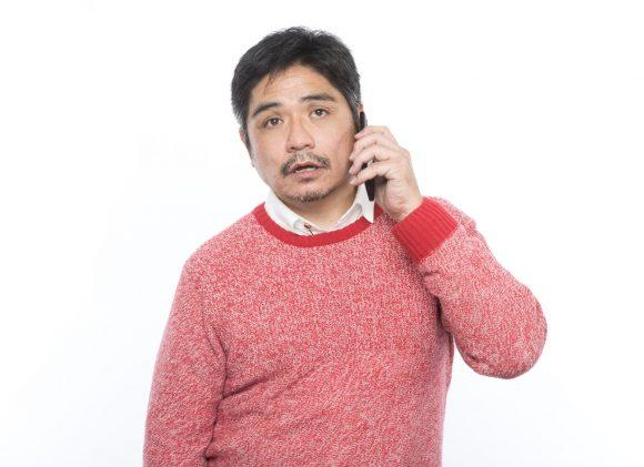 電話をするお父さん