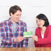 通帳の振込額を確認する夫婦